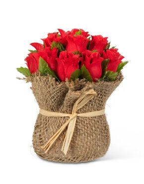Bouquet de roses rouges dans un sac en jute